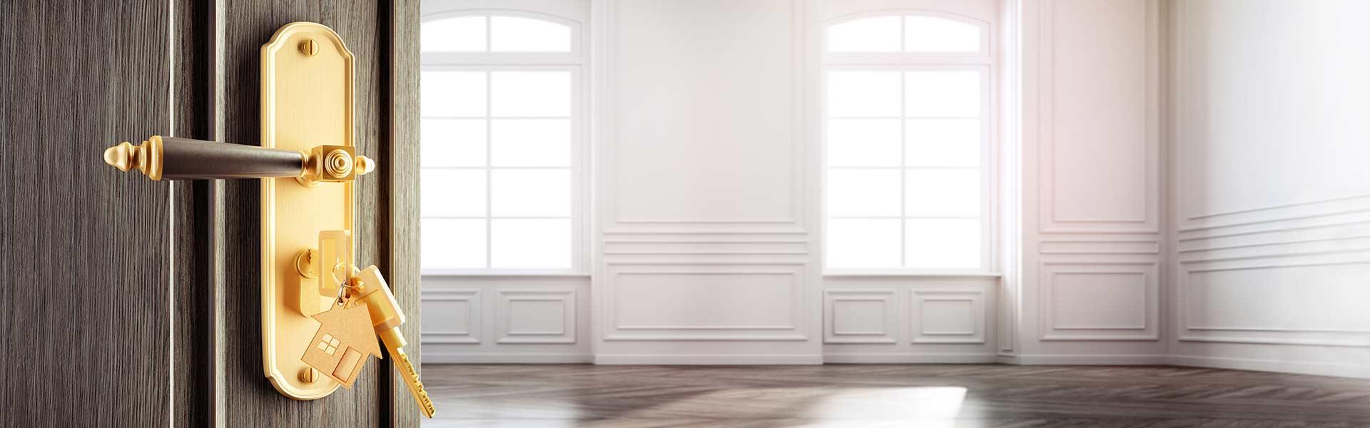 Altbauwohnung mit dunkler Tür